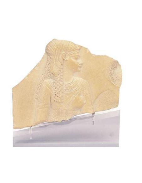 Fragment de stèle figurant une déesse