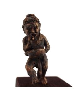 Estatua grotesca de un enano