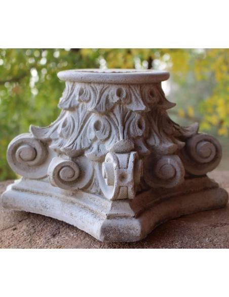 Corinthian-style column capitel