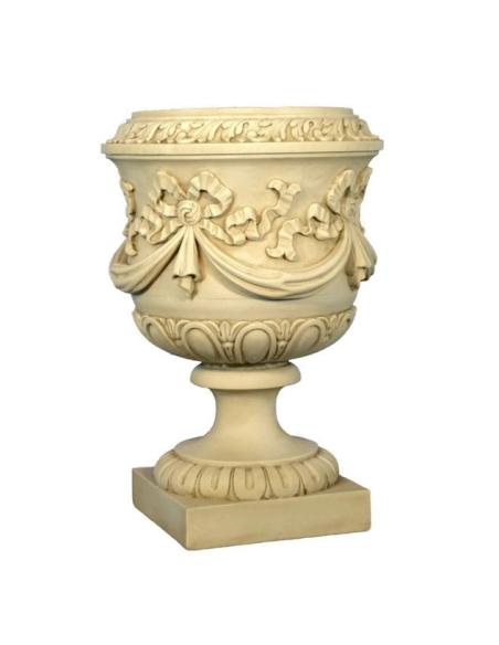Grand vase décoré de guirlandes