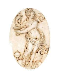 Medallón mujer desnuda acompañada de un pavo real