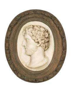Medallón de hombre joven con barba