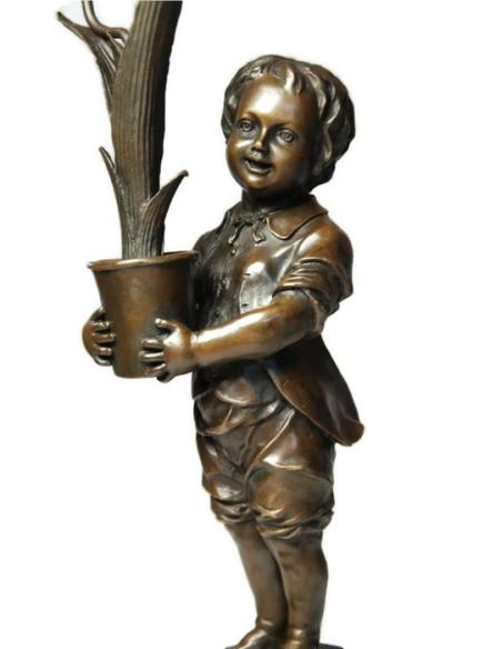 Chandelier jeune garçon aux tulipes Art nouveau par Miguel Fernando López (Milo)
