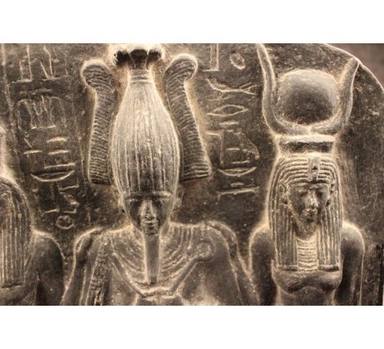 Bajorrelieve de la tríada egipcia Horus, Isis y Osiris