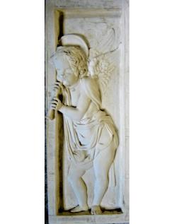 Bajorrelieve de ángel tocando la flauta - lado derecho