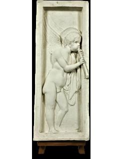 Bajorrelieve de ángel tocando la flauta - lado izquierdo