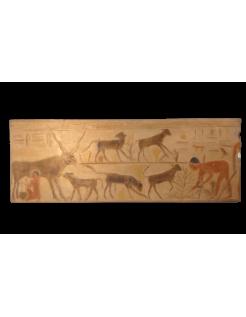 Bajo relieve egipcio - necrópolis de Saqqara Mastaba de Ti - escena de ganadería y ordeño de vaca